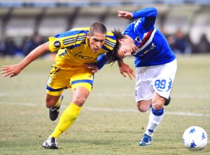 epa01640098 Sampdoria's Guido Marilungo (R) and Metalist Kharkiv's Jonatan Maidana (L) struggle for the ball during their UEFA Cup game 18 February 2009 at the Luigi Ferraris stadium in Genoa, Italy. EPA/LUCA ZENNARO